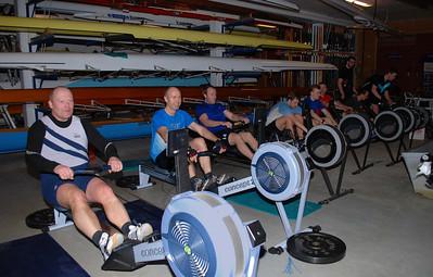 Finalelagene i båthallen og oppvarming til 4 x 500 meter stafett