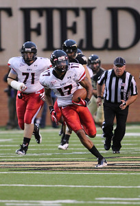 Perry, 17, runs the ball for the Bulldogs.