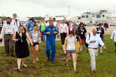 Tweeps (including @erinleeryan @EmCalandrelli @stephmbrown @glancz @KelleyApril @thatgirlallie @chaalz @phalanx) walk with astronaut Tony Antonelli to watch the crew loading