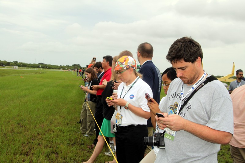 Tweeps tweet while awaiting the crew's drive-by on the way to Launch Pad 39-A @mtaHarlemLine