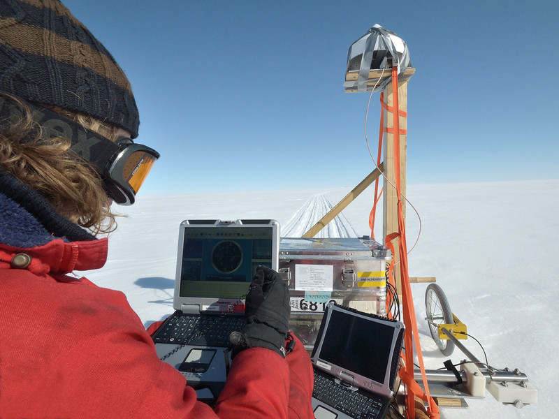 Radar measurements in camp.<br /> <br /> Photo: Martin Leonhardt