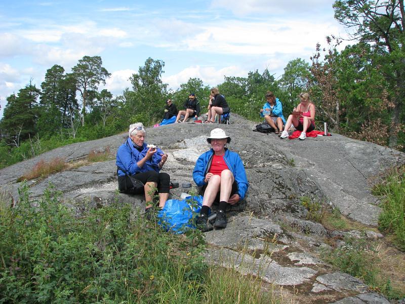 Lunch på berget vid Runsa fornborg