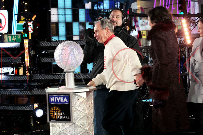 NEW YORK, NY - DECEMBER 31:  Mayor Michael Bloomberg and Diana Taylor pose onstage at New Year's Eve 2012 in Times Square on December 31, 2011 in New York City.  (Photo by Steve Mack/S.D. Mack Pictures)