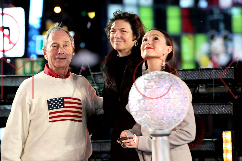 NEW YORK, NY - DECEMBER 31:  Mayor Michael Bloomberg, Diana Taylor and Georgina Bloomberg pose onstage at New Year's Eve 2012 in Times Square on December 31, 2011 in New York City.  (Photo by Steve Mack/S.D. Mack Pictures)