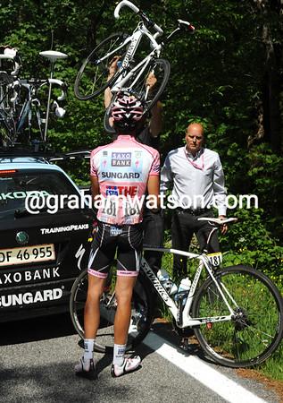 No, it's a new bike that Contador wants - his SaxoBank mechanic obliges...