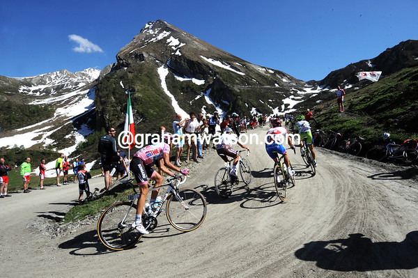 Alberto Contador watches his rivals on the Colle di Finestre - he's relaxed enough to also watch the stunning scenery..!