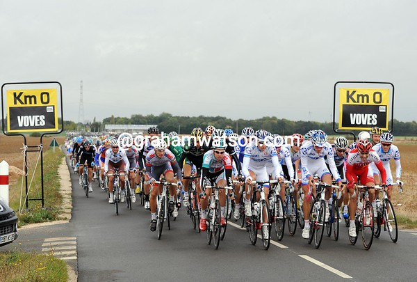 They're off! Paris-Tours starts with a sprint for the best positions...