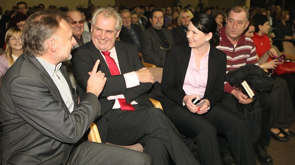 2012-12-18 Bile Vanoce Pardubice - Lucie Bila
