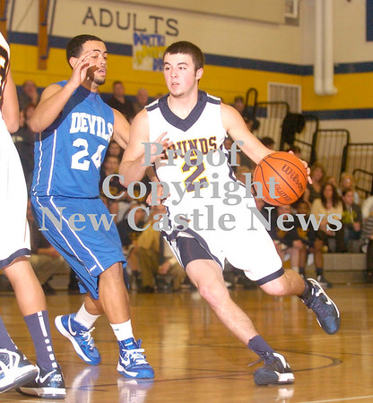 Erica Galvin/NEWS<br /> Wilmington's Jesse Hilliard drives to the basket against Sharpsville's Jalen Mockabee in the first quarter.