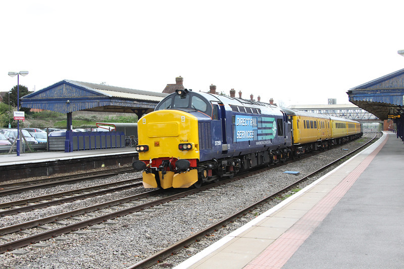 30 April 2012 :: Network Rail test train 1Q13, Didcot to Didcot via the World passes through Newbury station T & T with 37259 & 37604
