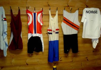 I garderoben henger drakter fra ulike klubber og regattaer