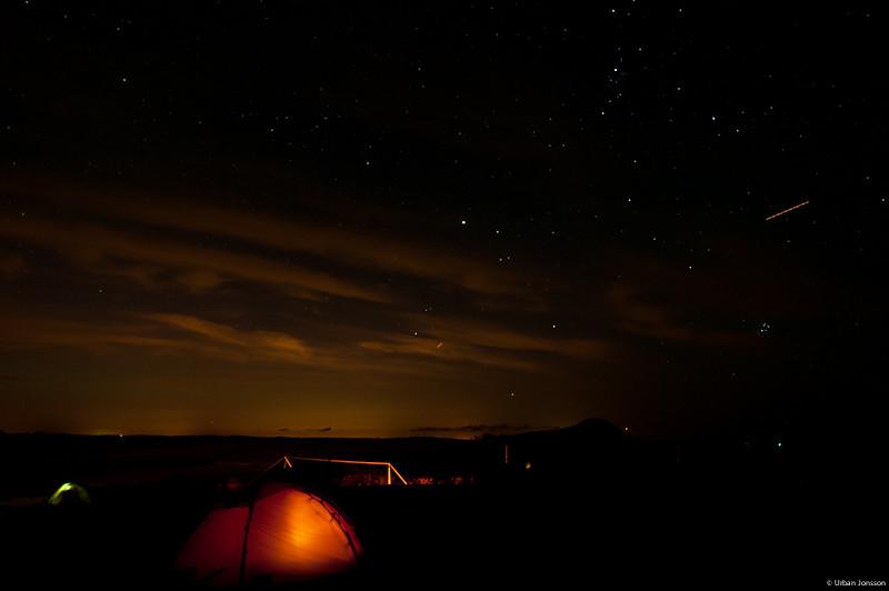 Dagen dör, men på himlavalvet ovan oss far satelliterna kring som inget hänt...