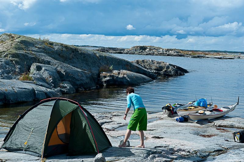 Pernilla förankrar tältet.