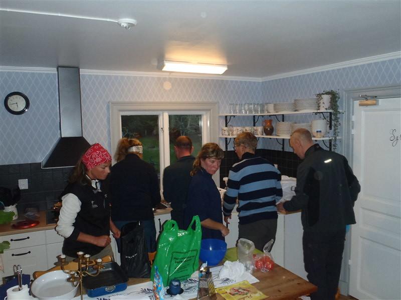 Här är det fullrulle i köket ju fler kockar desto godare...