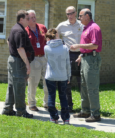 Tribune-Star/Jim Avelis<br /> Good hands: Alyssa Sedletzeck, center, talks with sheriff's deputies after she had been found in a house in the 2900 block of Fenwood Avenue in Terre Haute.