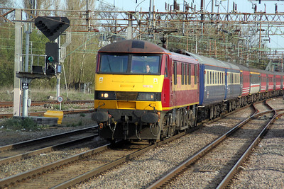 90026 TnT 67005 0835/1Z72 Liverpool-Wembley Footex passes through Northampton Station 14/04/12