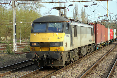 90047 0828/4L97 Trafford Park-Felixstowe passes through Northampton Station 14/04/12