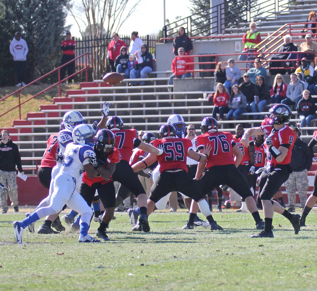 Lucas Beatty (8) passes the ball off to an open Wide Receiver