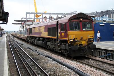 66019  0840/6L35 Didcot-Dagenham Cartics passes Reading.
