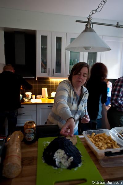 Alla duktiga kockar i tv-programmen äter medan del lagar maten, så också vi.