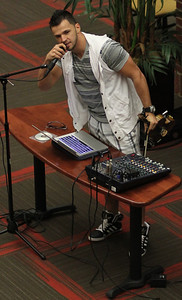 Bulgarian hip-hop violinist Svet talks to the GWU crowd during his performance in the Tucker Student Center on September 27.