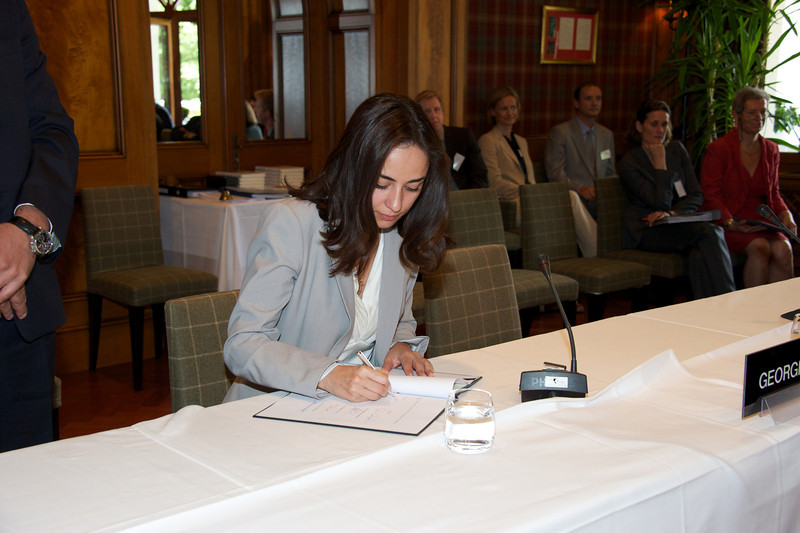 Vera Kobalia, Minister of Economy and Sustainable Development of Georgia, signing the joint declaration on cooperation with the EFTA States.