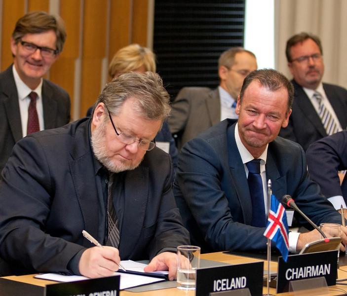 Össur Skarphéðinsson, Minister for Foreign Affairs and External Trade, Iceland, signing the Joint Declaration on Cooperation between Pakistan and the EFTA States on 12 November 2012, Geneva. (Photo: EFTA)