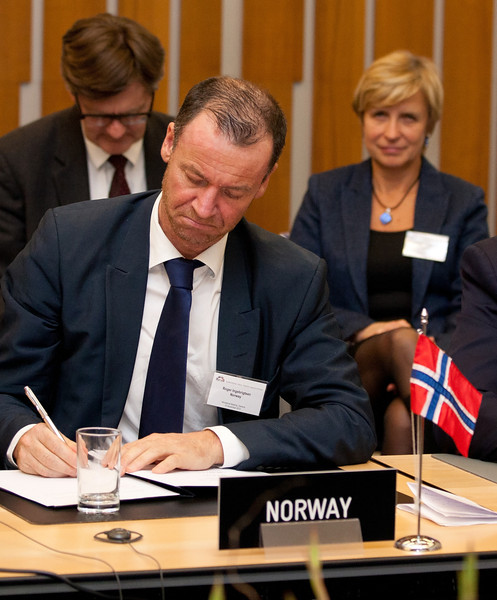Roger Ingebrigtsen, State Secretary, Ministry of Trade and Industry, Norway, signing the Joint Declaration on Cooperation between Pakistan and the EFTA States on 12 November 2012, Geneva. (Photo: EFTA)