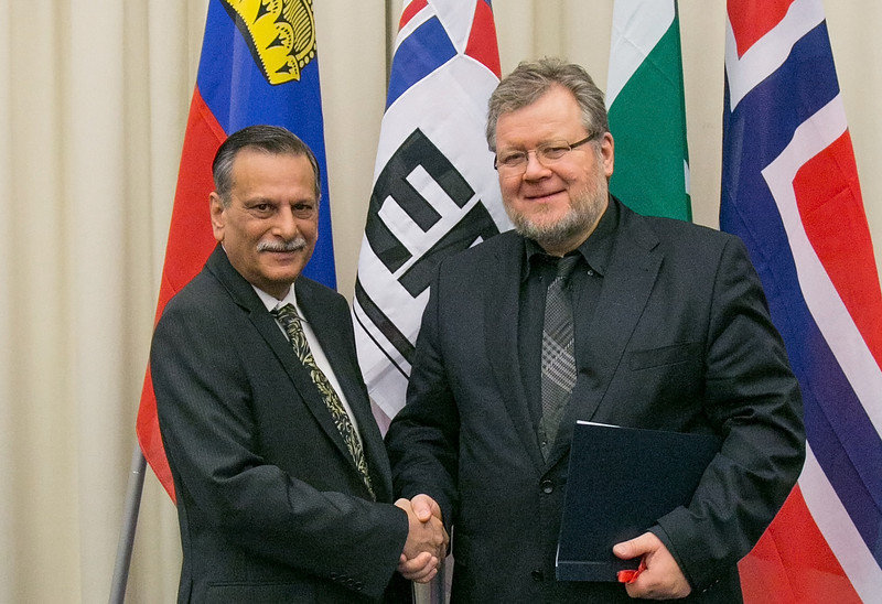 Shahid Bashir, Ambassador, Permanent Mission of Pakistan to WTO, Geneva (left), and Össur Skarphéðinsson, Minister for Foreign Affairs and External Trade, Iceland, at the signing of Joint Declaration on Cooperation between Pakistan and the EFTA States on 12 November 2012, Geneva. (Photo: EFTA)