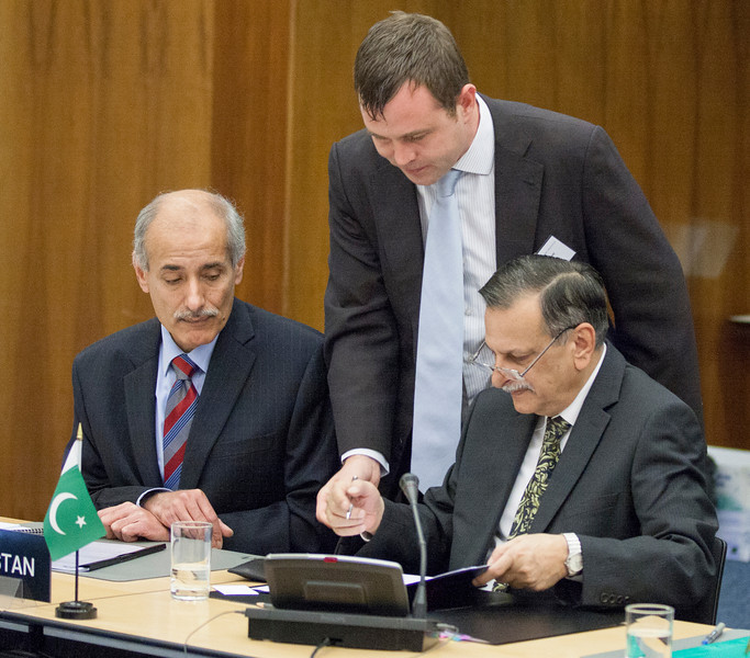 Ambassador Shahid Bashir, Permanent Mission of Pakistan to WTO (right), signing the Joint Declaration on Cooperation; and Muhammed Saleem, Ambassador of Pakistan, Bern Switzerland. (Photo: EFTA)