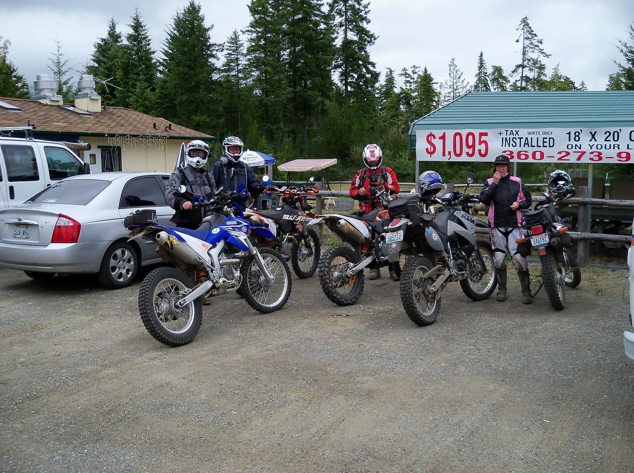 Lunch stop near Lake Cushman... Rob, Antony, Bob, & Sylvia...