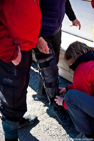Montering av stöd så Kerstins nyskadade knä skulle klara promenaden.