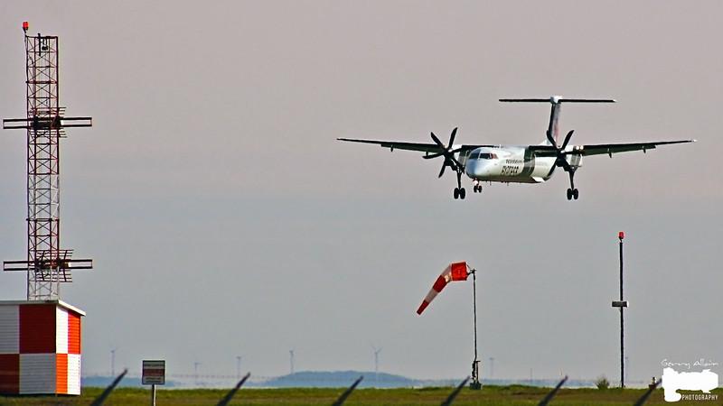 Jazz Q400 (Dash 8-400) landing on runway 06
