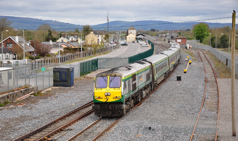 227 powers out of Limerick Jct with the 1200 Heuston - Cork. Sat 07.04.12