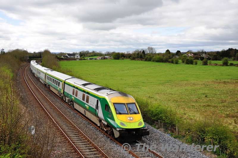 4007 arrives at Limerick Jct with the 1230 Cork - Heuston Express. Sat 07.04.12