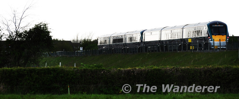 22002 + 22008 pass Portarlington Down Loop with the 1725 Heuston - Limerick, a service which is normally formed of a 6 car Premier Class set. Mon 14.05.12