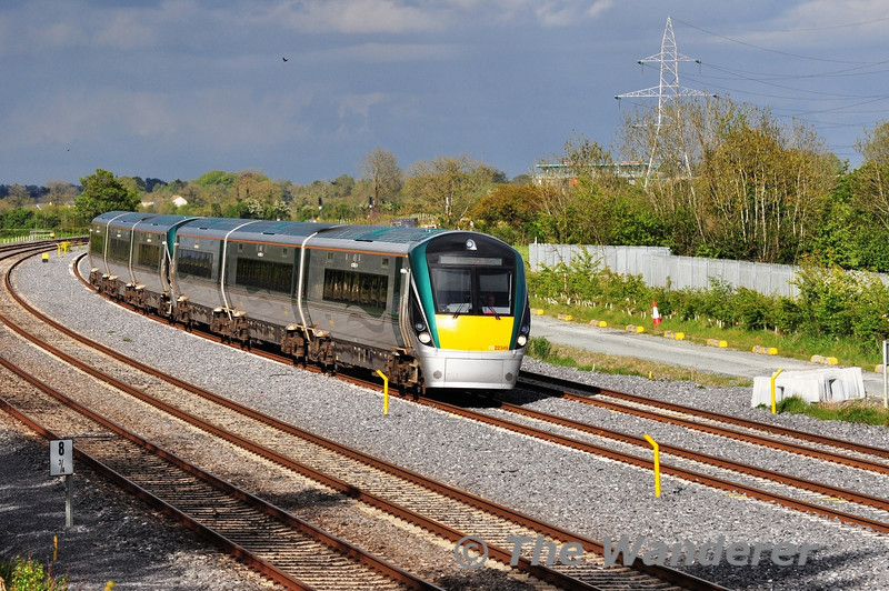 The 1805 Heuston - Portlaoise ambles along the Down Slow line at Stacumny Bridge with 22049 + 22048. Tues 15.05.12