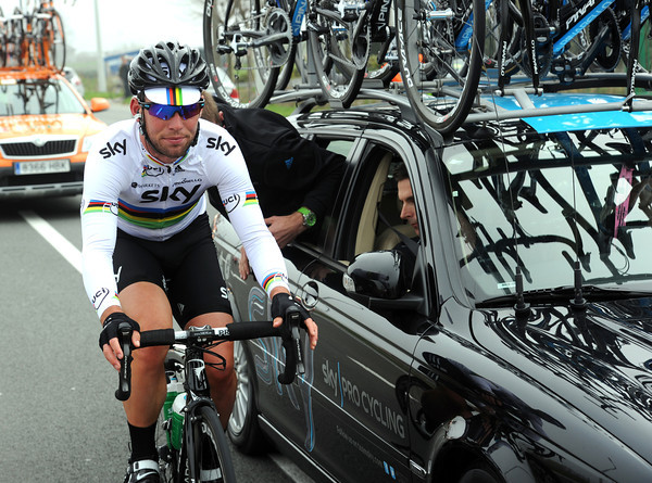 Finally, it's the turn of Cavendish himself to get a seat-post tightened up...