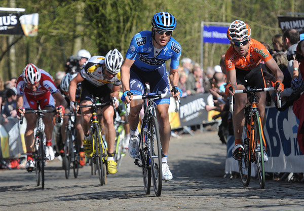 The escape climbs the Kemmelberg with Anders Lund and Jon Insausti at the front