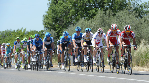 Katusha is chasing the escape at almost 60-kilometres-per-hour - but the escape is also doing the same speed..!