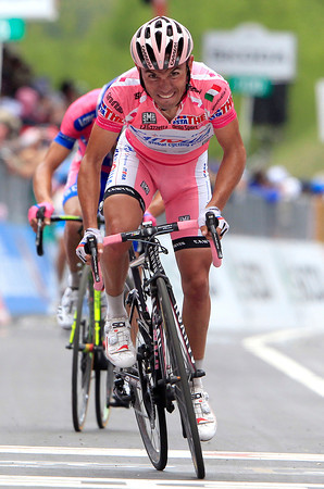 Rodriguez sprints to the line as well - but he's only just saved his Maglia Rosa for tomorrow..!