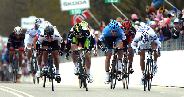It's a four-way sprint between Cavendish, Goss, Farrar and someone called Geoffrey Soupe...