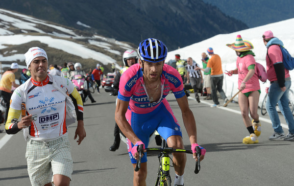 Scarponi seizes the moment to attack Hesjedal - but in fact he's trying to save his podium place against De Gendt..!