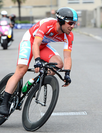Mark Cavendish saw red when he lost the points jersey to Rodriguez on stage 20 - but he had to wear red in the TT as Rodriguez was wearing Pink..!
