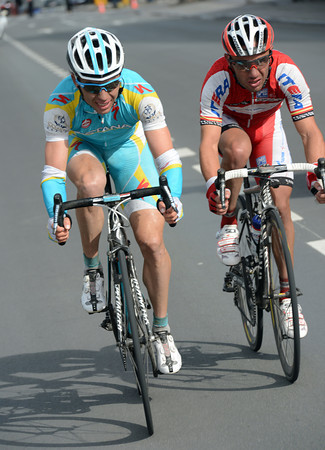 Nibali has built a 40-seconds lead, but he's being chased by Maxim Iglinsky and Joachim Rodriguez...