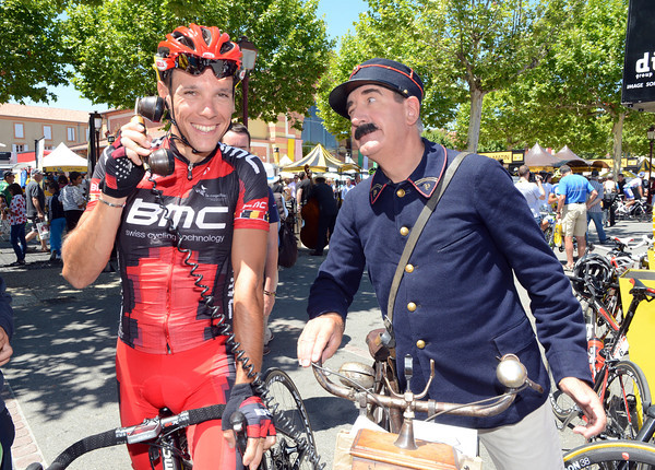 Allo, allo..! Philippe Gilbert entertains himself before the stage-start...
