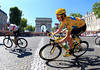 Wiggins corners beneath the Arc de Triomphe with just a few laps to go...