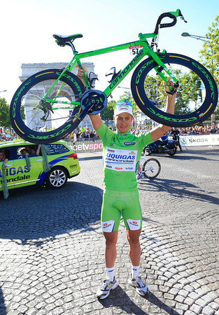 Peter Sagan shows off his green Cannondale at the Arc de Triomphe...