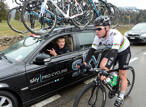 Cavendish gets advice from Sean Yates - and he'll then grab some water bottles for his teamates...