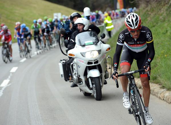 Thomas Rohregger goes now - the peloton is splitting into pieces...